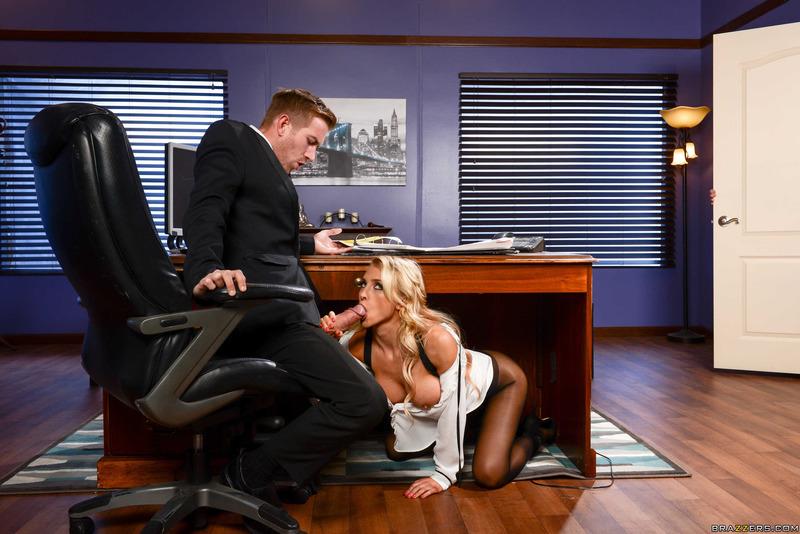 Красивая секретарша делает приятное начальнику показ онлайн